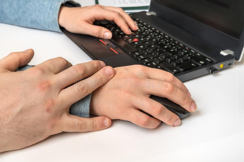 接触妇女的上司在工作-骚扰 免版税图库摄影