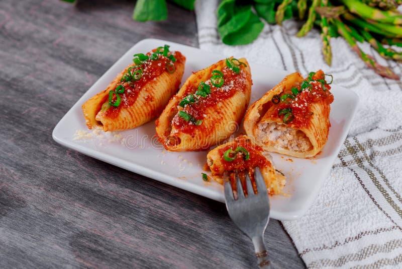 接近意大利被充塞的面团用剁碎的牛肉肉和西红柿酱 库存图片