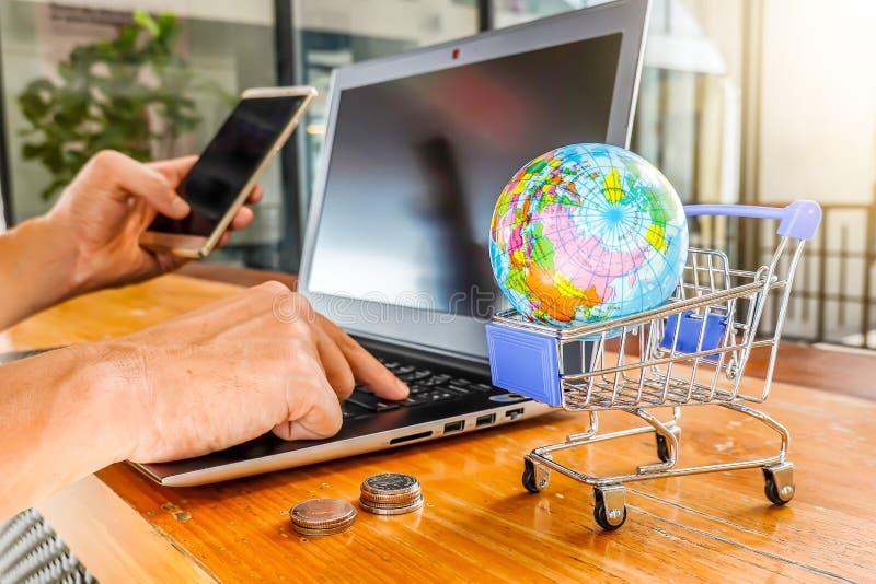 推车网络购物概念 使用智能手机,片剂付款网络购物的女实业家手在早晨 免版税库存图片