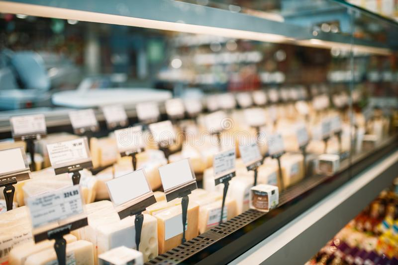 架子用在食品店,没人的乳酪 库存图片