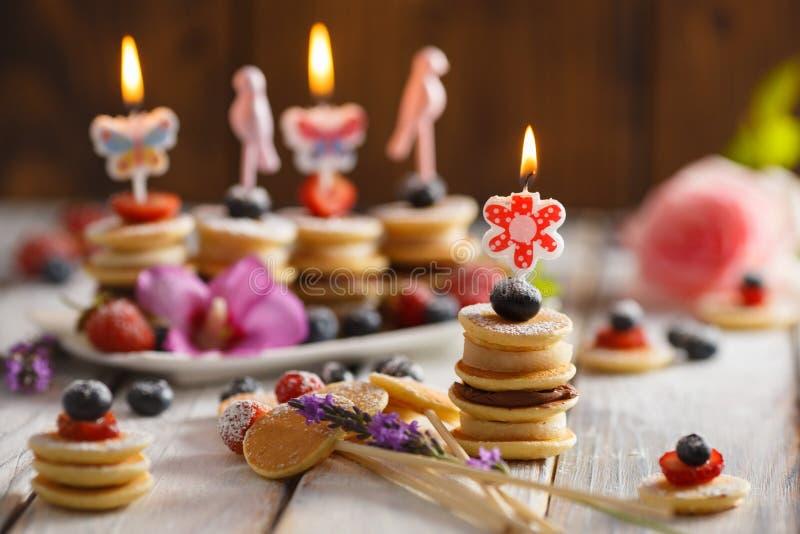 果子、莓果和薄煎饼canapesFruit、莓果和薄煎饼点心在白色木桌上 免版税图库摄影