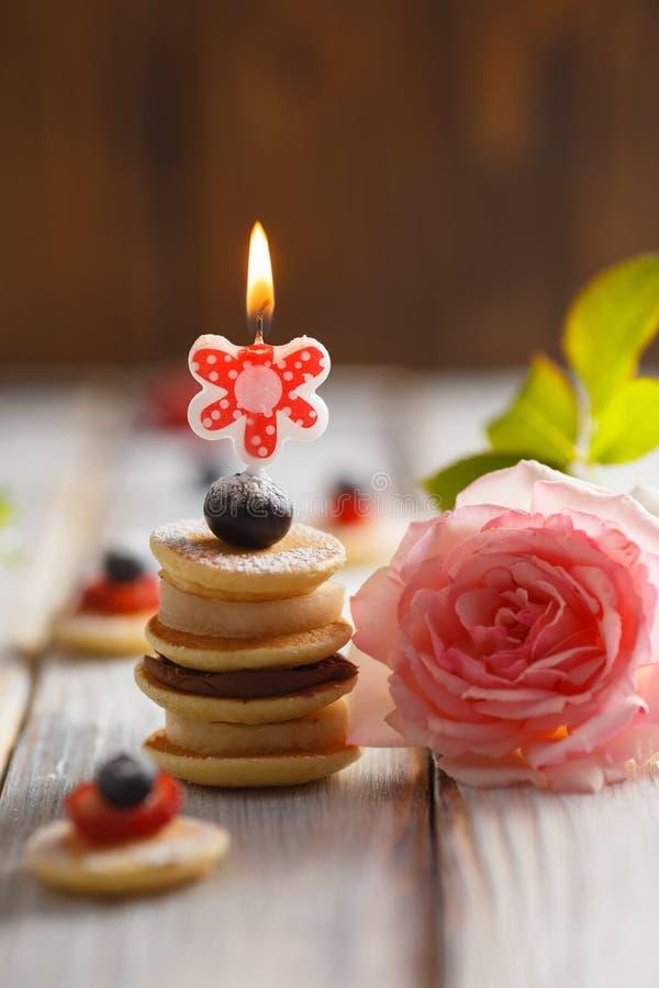果子、莓果和薄煎饼canapesFruit、莓果和薄煎饼点心在白色木桌上 库存图片