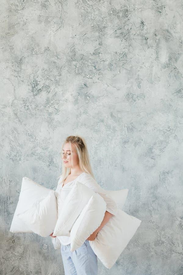 枕头购物的确信的顾客妇女枕头 免版税库存图片