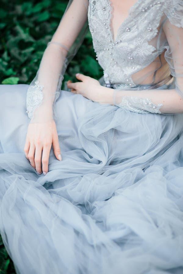 惊人的新娘细节,在自然本底的美丽的婚纱 免版税图库摄影