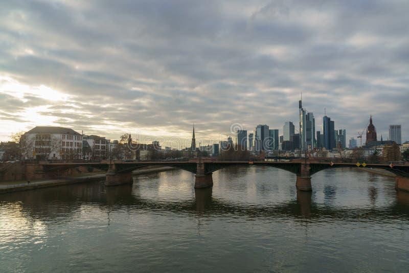 惊人财政地平线日落视图在法兰克福 免版税库存图片