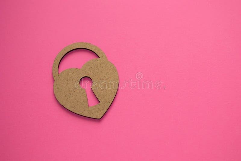 情人节快乐!心脏的钥匙 在桃红色背景的锁着的偏僻的心脏 什么是爱?爱,激情,亲吻顶面秘密, 免版税库存图片