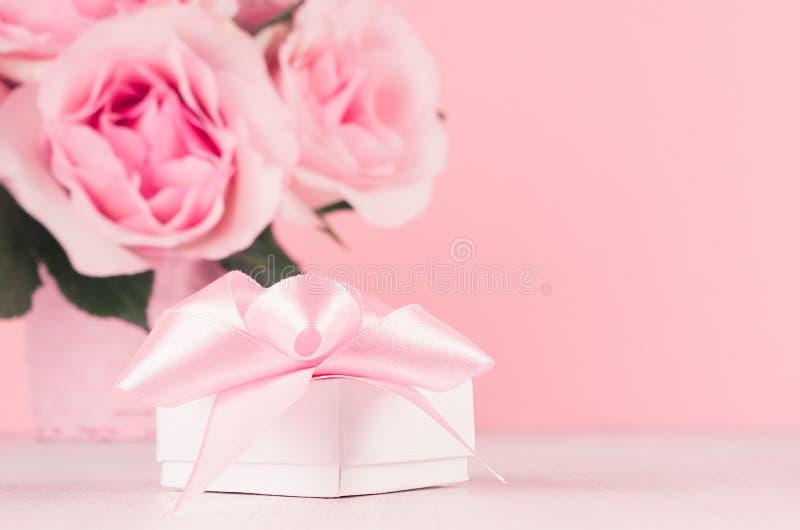 情人节背景-典雅的粉红彩笔玫瑰花束和礼物盒有丝带的在白色木板,拷贝空间,特写镜头 免版税库存照片