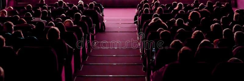 戏院观看的电影的人们 免版税图库摄影