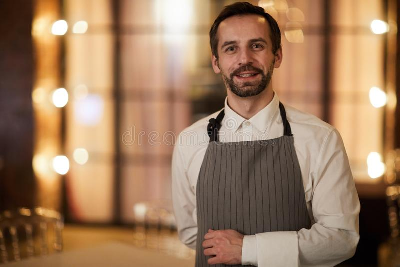 成熟侍者在餐馆 图库摄影