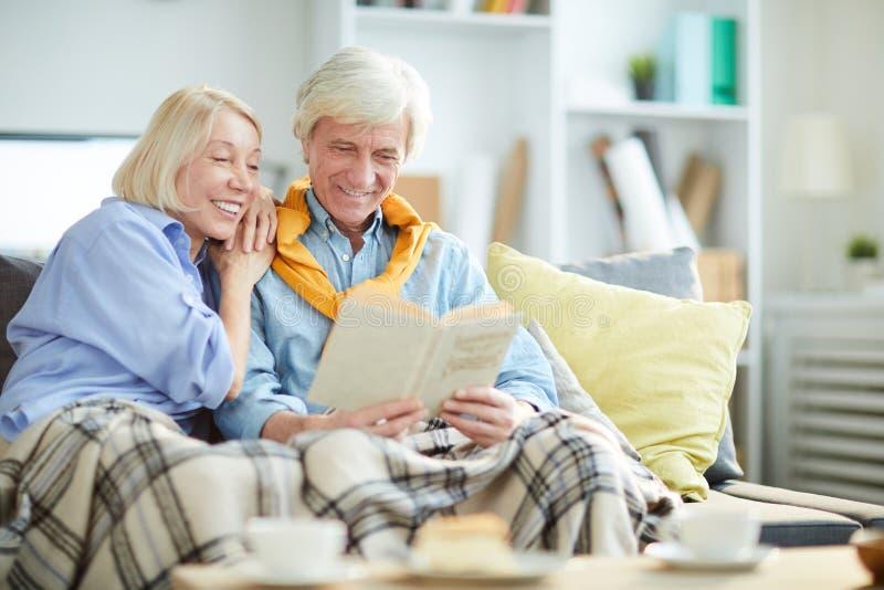 成熟夫妇阅读书 库存照片