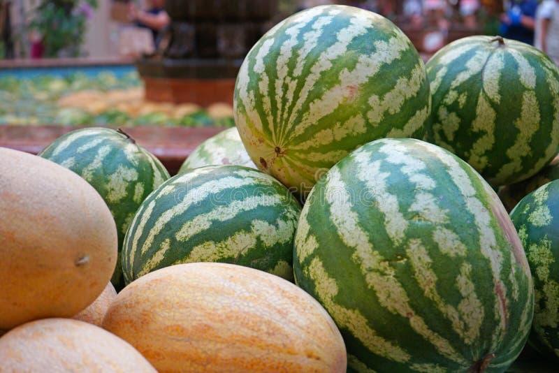 成熟西瓜和瓜在季节性市场 库存照片