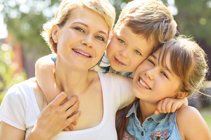 户外家庭的画象 有孩子的妈妈在夏天 母亲和孩子 库存图片