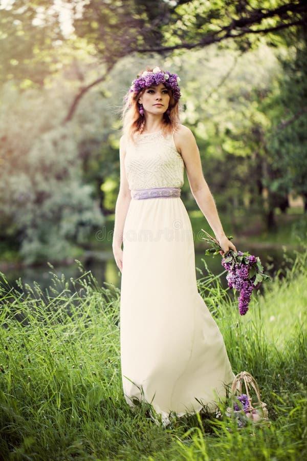 户外秀丽女孩 俏丽的妇女在绿草和叶子背景中在春天浪漫天 免版税库存图片