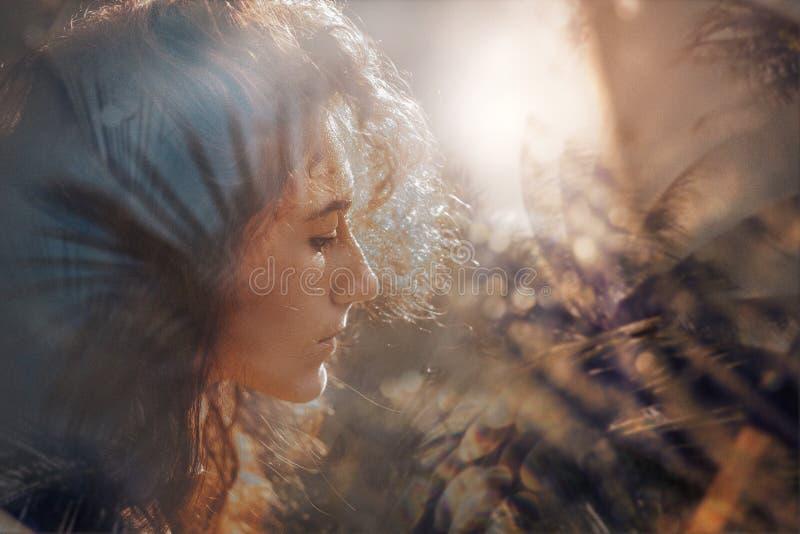 户外美丽的年轻boho妇女画象在日落 库存照片