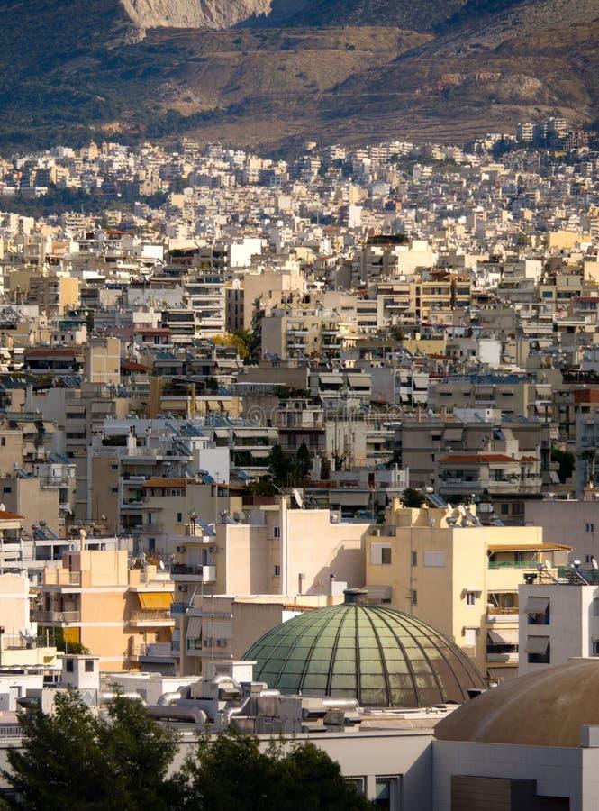 房子、山和雅典都市建筑学的顶视图在一好日子 免版税库存照片