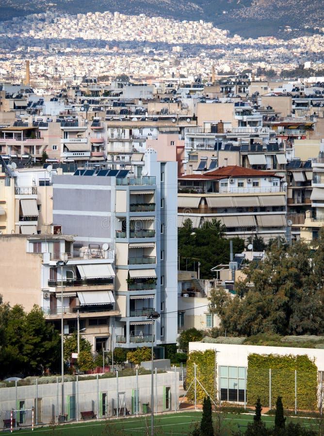 房子、山和雅典都市建筑学的顶视图在一好日子 库存图片