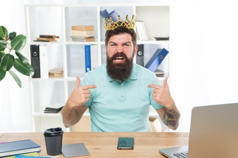 我是最佳的优势和自信心 办公室的国王 在职场的严肃的上司 呼喊在的积极的上司 免版税图库摄影