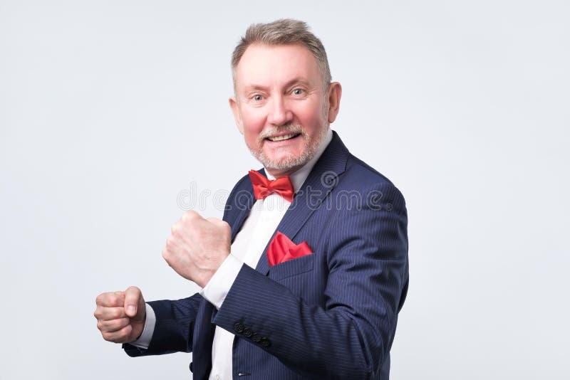 我现在赢得了 微笑愉快的老人打手势和 免版税库存照片