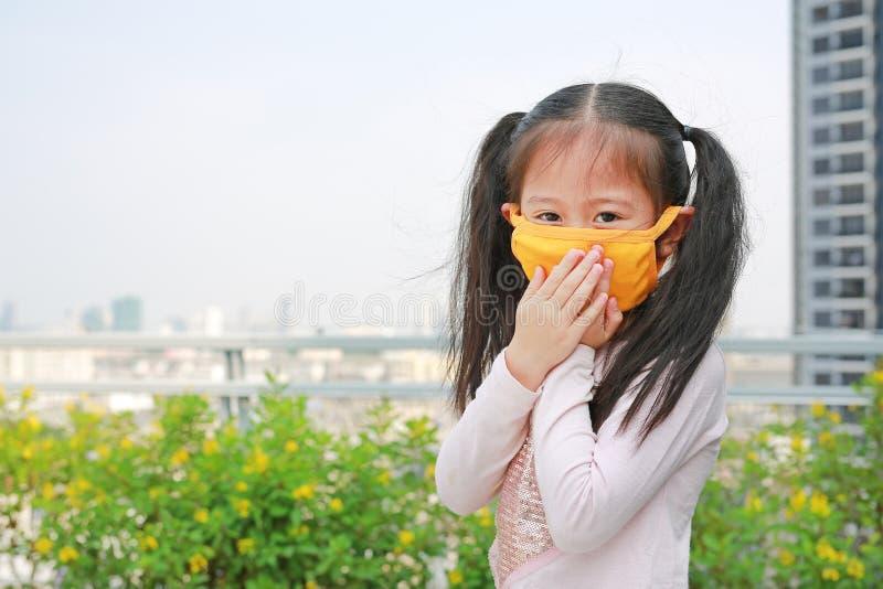 戴着保护面具的小孩女孩反对PM 2 5空气污染在曼谷市 泰国 库存图片