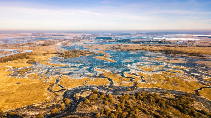 春天农村空中风景 冻结的河冬天 免版税库存图片