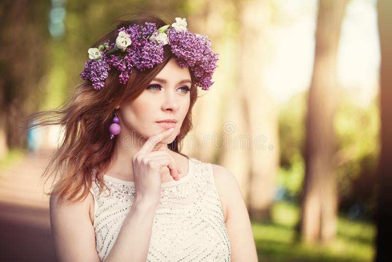 春天背景的快乐的妇女户外 免版税库存照片