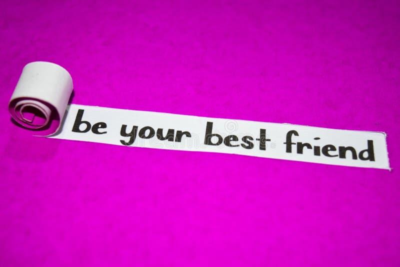 是您的最好的朋友文本,启发、刺激和企业概念在紫色被撕毁的纸 库存照片