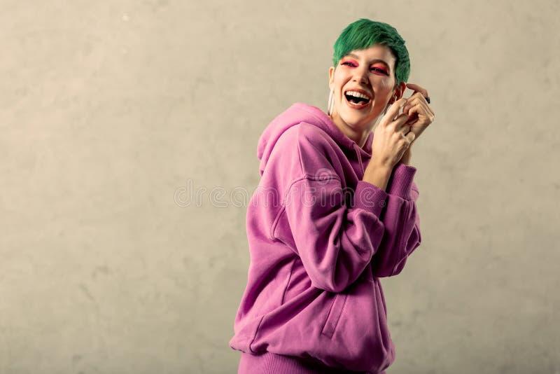 是美丽的绿发的妇女非常正面的 免版税库存照片