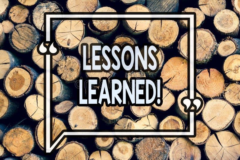 显示取得的经验的文字笔记 应该是在将来被考虑到的木的企业照片陈列的经验 库存图片
