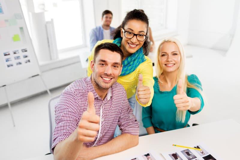 显示赞许的创造性的队在办公室 免版税图库摄影