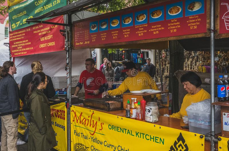星期六烹调食物的食品厂家在波特兰市场上 库存图片