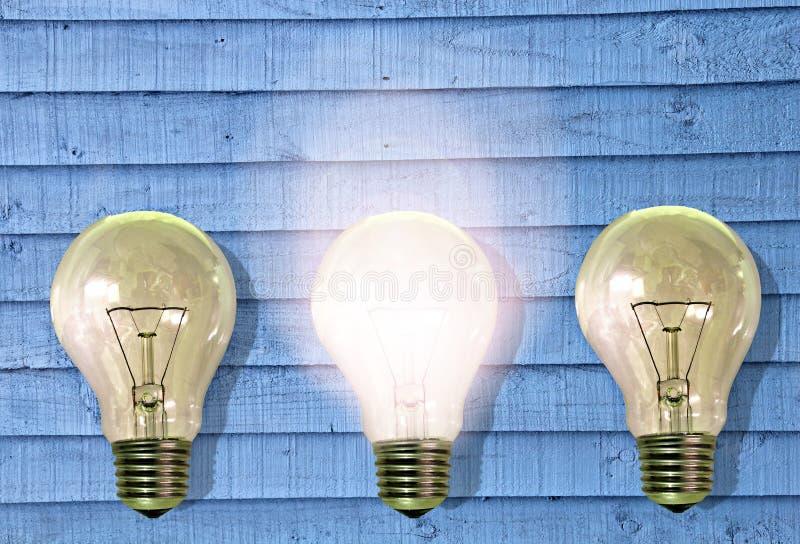 明亮的在未来正面成功转动的想法电灯泡 免版税库存照片