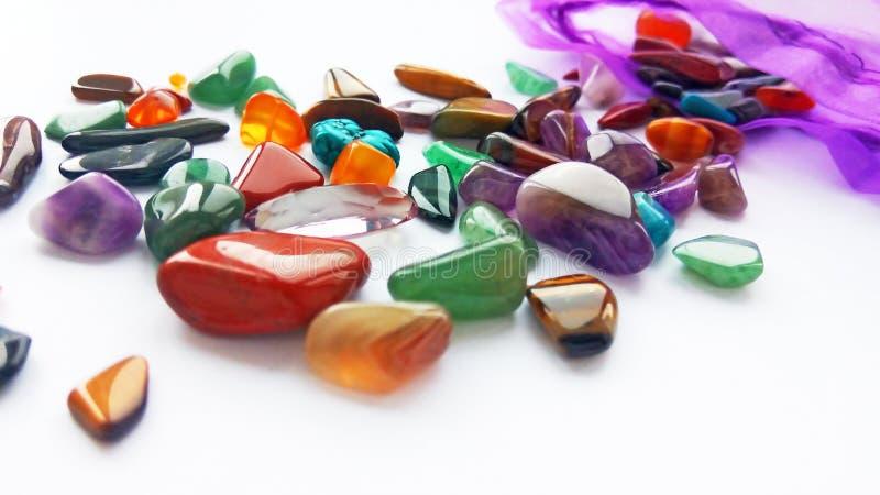 明亮的色的半珍贵的宝石和宝石在袋子在白色背景 免版税库存照片
