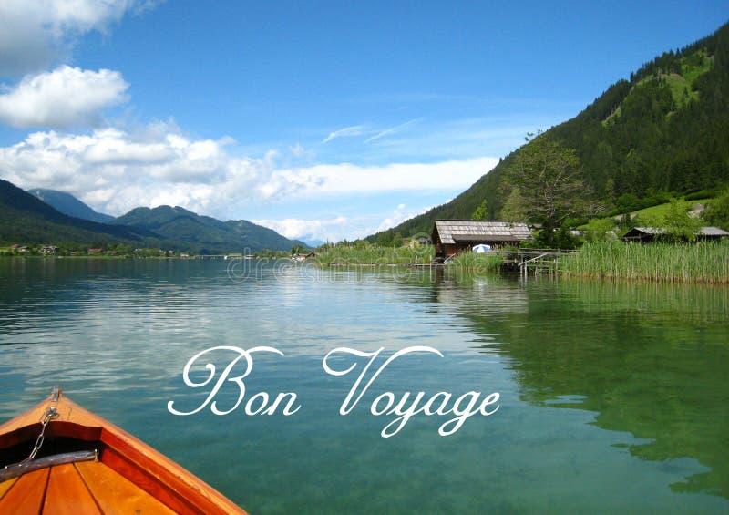 明信片有与一个土耳其玉色奥地利湖的一个美妙地全景视图有绿色山和木房子的 免版税库存照片