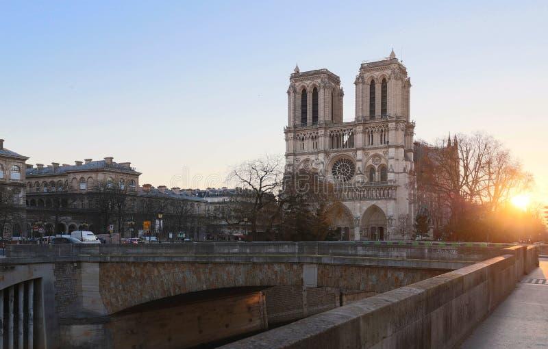 日出的巴黎圣母院,巴黎,法国 免版税库存图片