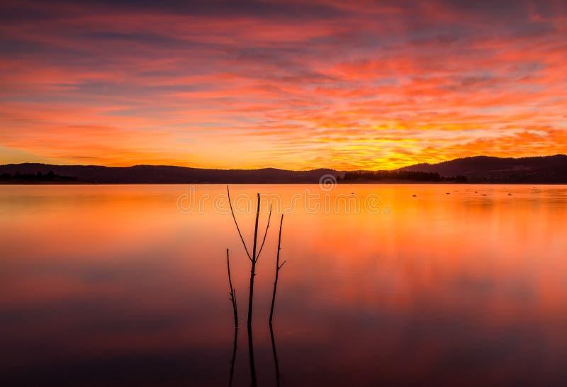 日出的湖Jindabyne,NSW,澳大利亚 库存照片