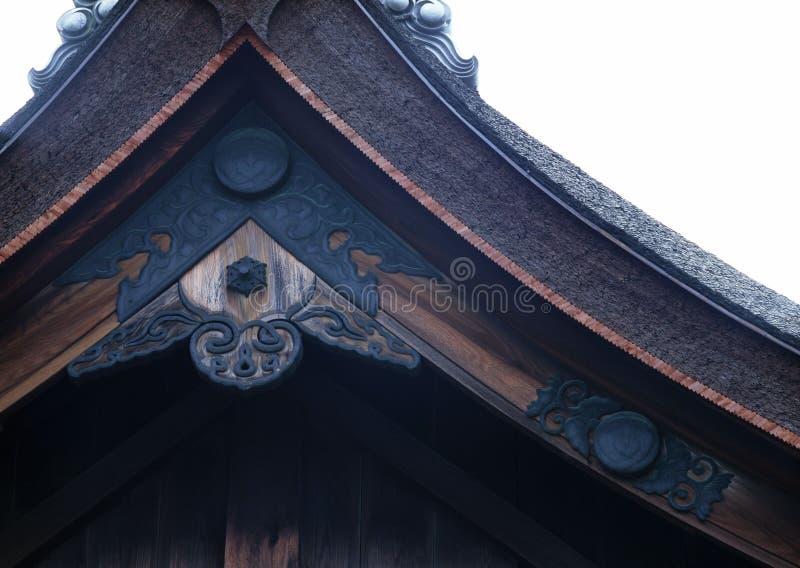 日本老寺庙入口屋顶黑色木装饰背景 库存照片