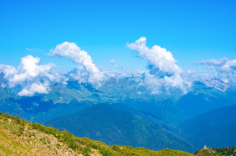 日晴朗横向的山 多云天空蔚蓝在山谷 库存照片