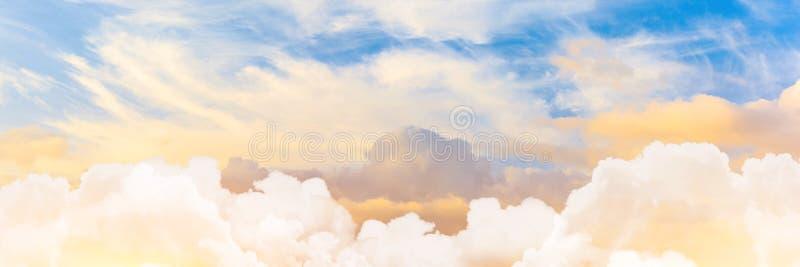 日落天空全景射击与积云在前景和触毛的在高度 免版税库存照片