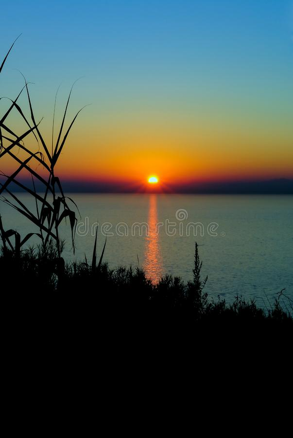 日落剪影在亚得里亚 免版税图库摄影