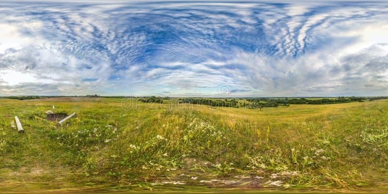 日落或日出在绿色领域与天空蔚蓝 与3D球状全景的图象有360视角的 为真正准备 免版税库存照片
