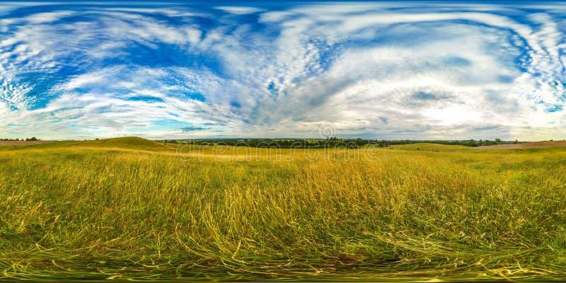 日落或日出在绿色领域与天空蔚蓝 与3D球状全景的图象有360视角的 为真正准备 免版税库存图片