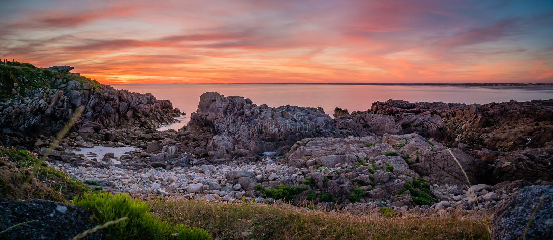 日落的全景在海滩和海洋的la torche的在不列塔尼 免版税库存照片