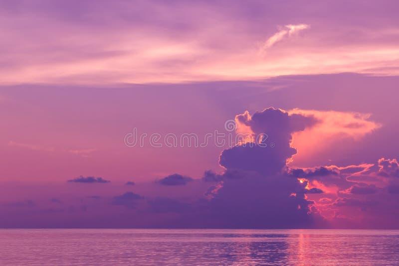 日落风景与剧烈的天空的在背景和海 免版税库存照片