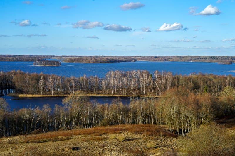 早期的春天在立陶宛村庄 从观看的塔的看法在Rubikiai湖的一个晴朗的晚上 库存图片