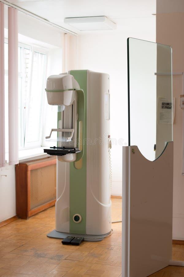 早期胸部肿瘤X射线测定法胸部检查设备在现代诊所医院实验室  选择聚焦 胸部检查设备 免版税库存图片