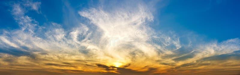 早晨暮色天空和柔滑的云彩自然背景全景  免版税库存照片
