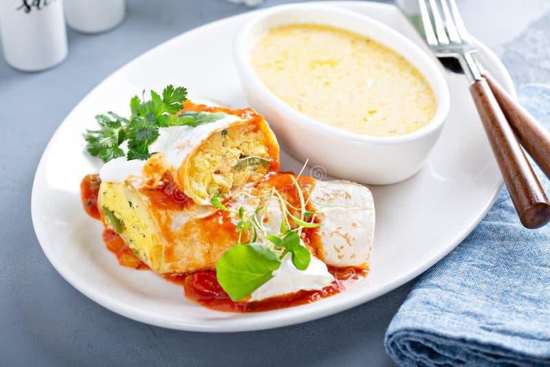 早餐与沙粒的蛋面卷饼 免版税图库摄影