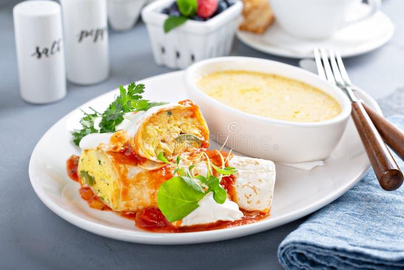 早餐与沙粒的蛋面卷饼 免版税库存照片