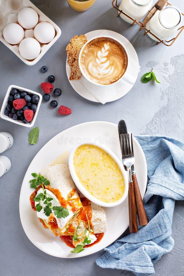 早餐与沙粒的蛋面卷饼 库存图片