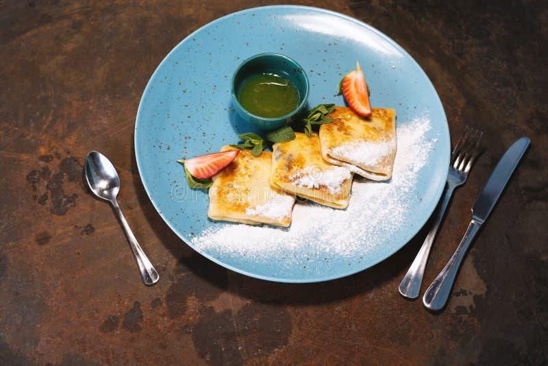 早餐或点心的鲜美稀薄的薄煎饼服务用新鲜的红色莓果 免版税库存图片